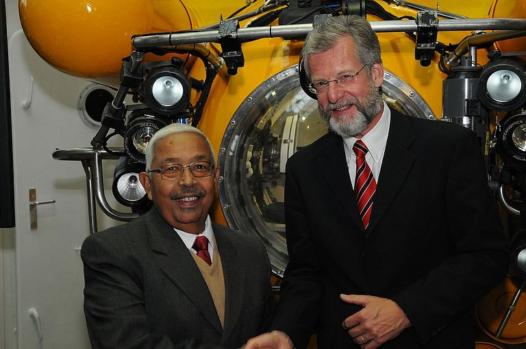 His Excellency Pedro Verona Rodrigues Pires, president of the Republic of Cape Verde, and Prof. Dr. Peter Herzig, Director of IFM-GEOMAR, in front of the submersible JAGO. Photo: Jan Steffen