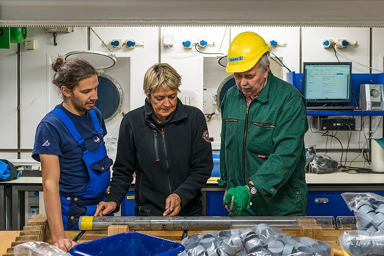 Examination of drill cores in the laboratory of RV METEOR. Photo: Christian Rohleder.