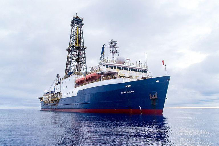 The scientific drilling vessel JOIDES Resolution during IODP Expedition 351 in the Philippine Sea. Foto: Bill Crawford/IODP.