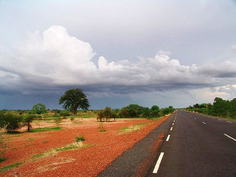 Drought or flooding?  In particular, developing countries like  those in the Sahel region of Africa could benefit from reliable near-term climate predictions. The photo shows a country road in Mali. Foto: NOAA via Wikimedia Commons