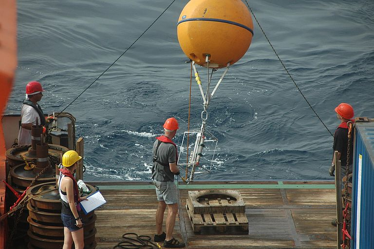 Maintenance of an oceanographic mooring in the tropical Atlantic. Data from such long-term observations help to detect changes in the oceans and to estimate future developments. They are important contributions to the current Special Report of the IPCC. Photo: Michael Schneider / FS METEOR