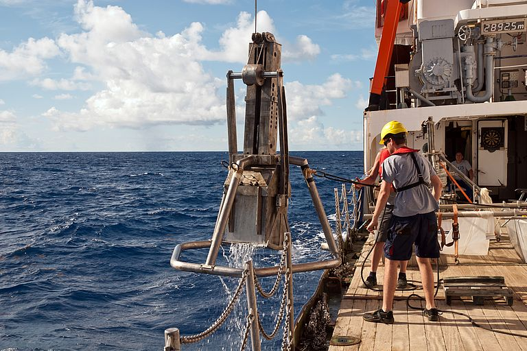 In August and September 2019, researchers from Kiel already tried to trace the path of the microplastics in the subtropical convergence zone southwest of the Azores with the research vessel POSEIDON during the expedition POS536. Among other things, samples were taken from the seafloor with a box grab. Photo: Mark Lenz/GEOMAR