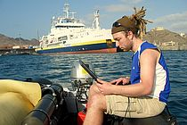Ph.D. student Bjoern Fiedler while testing the new float in the harbour of Mindelo, Cape Verde. In the background the French research L'ATALANTE. (Photo: IFM-GEOMAR)