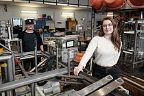 Johanna Jöhnk (front right) and Sven Sturm (back) in the workshop of the GEOMAR Technology and Logistics Centre.