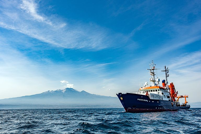 The research vessel POSEIDON off Mount Etna. It is the most active volcano in Europe. Foto: Felix Gross (CC BY 4.0)