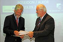 IFM-GEOMAR Director receiving the the cheque from Peter Harry Carstensen, Prime Miister of Schleswig-Holstein. Photo: J. Steffen, IFM-GEOMAR.