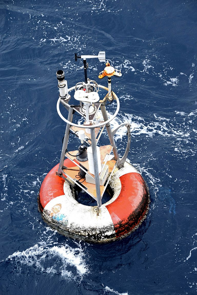 Surface element of the PIRATA buoy at 11.5°N, 23°W. The PIRATA buoys form the core elements of the observation system in the tropical Atlantic and record atmospheric parameters with the surface elements and oceanic parameters with the instruments anchored under water. They thus provide important data for a better understanding of the exchange processes between ocean and atmosphere. Photo: Michael Schneider.