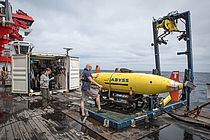 Preparations for a dive the AUV ABYSS. The device deliveres accurate maps and photos of the more than 4000 m deep seafloor. Photo: Bastian Barenbrock.