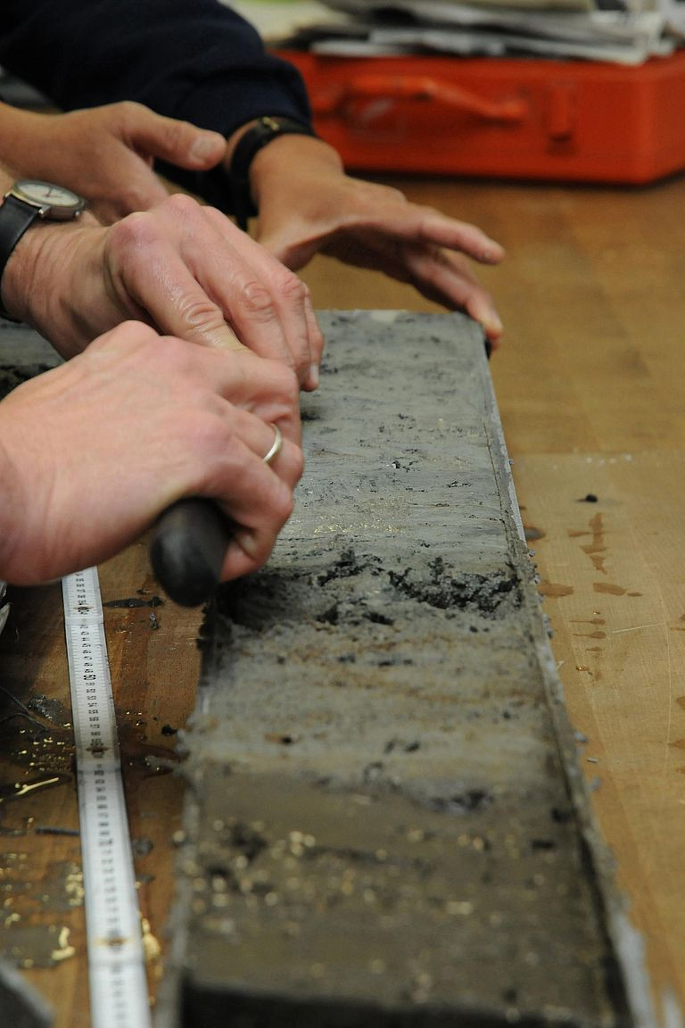 Processing of a sediment core. Like ice cores sediment cores are important climate archives. Photo: Jan Steffen, GEOMAR