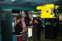 GEOMAR director Prof. Dr. Peter Herzig explains to visitors the specifics in the new permanent exhibition on marine research. Photo: GEOMAR.