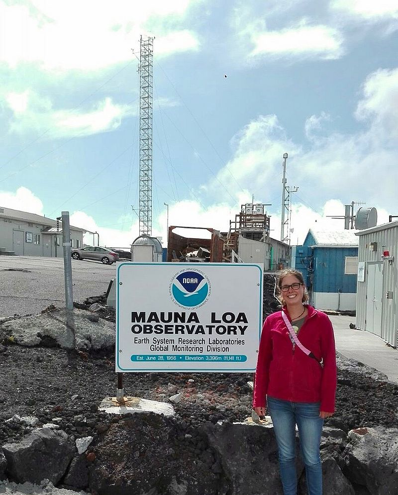 Dr. Mengis visiting the Mauna Loa CO2 observational station on Hawaii. Photo: E. Frenken.