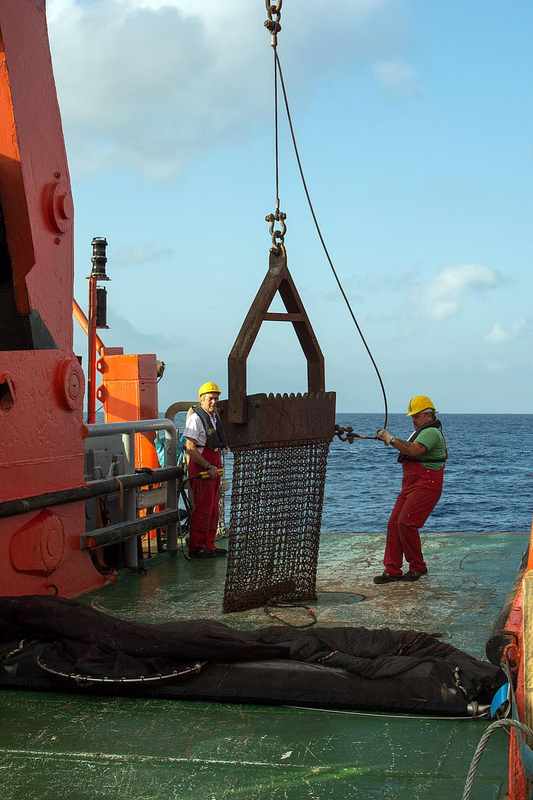 With a dredge rock samples are taken from the Walvis Ridge aboard the SONNE (I). Photo: Roland Knauer.